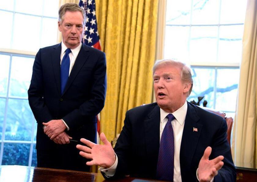 El presidente estadounidense, Donald J. Trump (d), habla acompañado del representante Comercial de EE.UU., Robert Lighthizer (i), luego de firmar una acción sobre aranceles hoy, martes 23 de enero de 2018, en la Casa Blanca, en Washington (EE.UU.). EFE/POOL