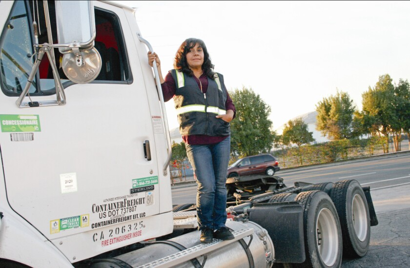 Ángela Paredes, inmigrante guatemalteca relata cómo se ha impuesto a la adversidad, sumándose a un reducido número de mujeres que maneja un camión de 18 llantas y hasta 80 toneladas.
