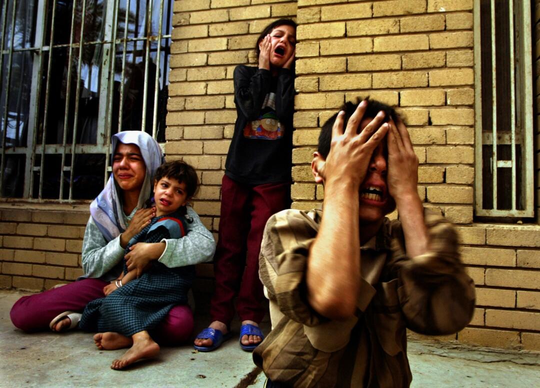 زنان و کودکان سر خود را گرفته و گریه می کنند