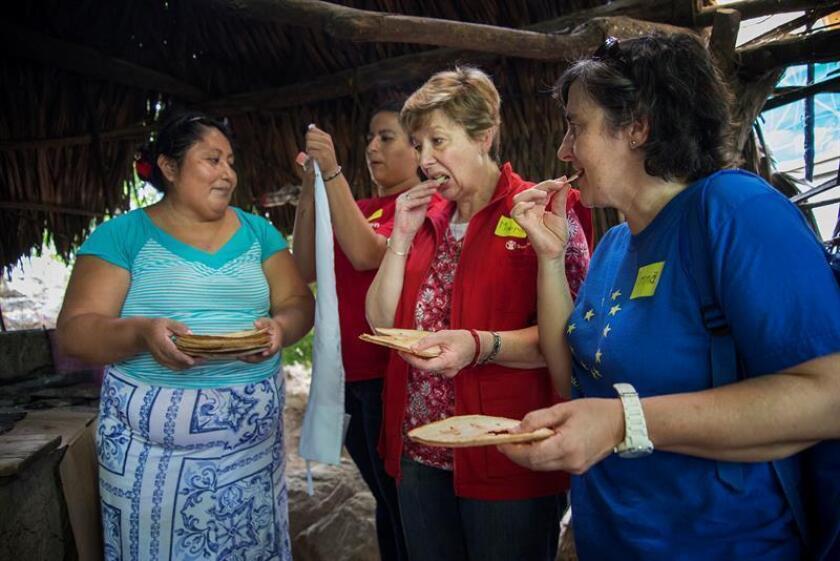 La oaxaqueña Luisa Villaseca (i) ofrece comida a María Josefina (c), de Save the Children México, y a Imma Roca (d), jefa adjunta de la delegación de la Unión Europea (UE) en México hoy, lunes 8 de octubre de 2018, durante una visita al poblado de San Perdo Huilotepec, en el estado de Oaxaca (México). EFE