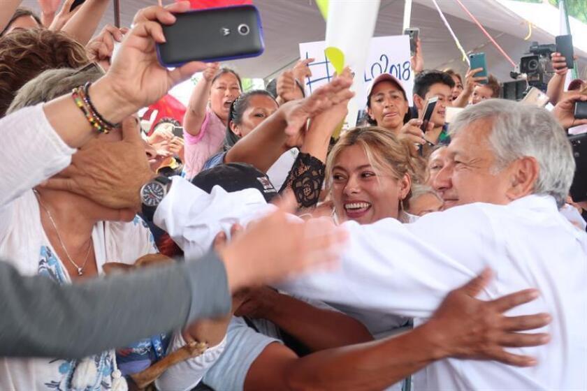 """El candidato izquierdista a la Presidencia de México, Andrés Manuel López Obrador, acusó hoy de """"ladrón"""" al conservador Ricardo Anaya y descartó debatir con él en un cara a cara para evitar """"perder la cartera"""". EFE/PRENSA CANDIDATO OBRADOR/SOLO USO EDITORIAL"""
