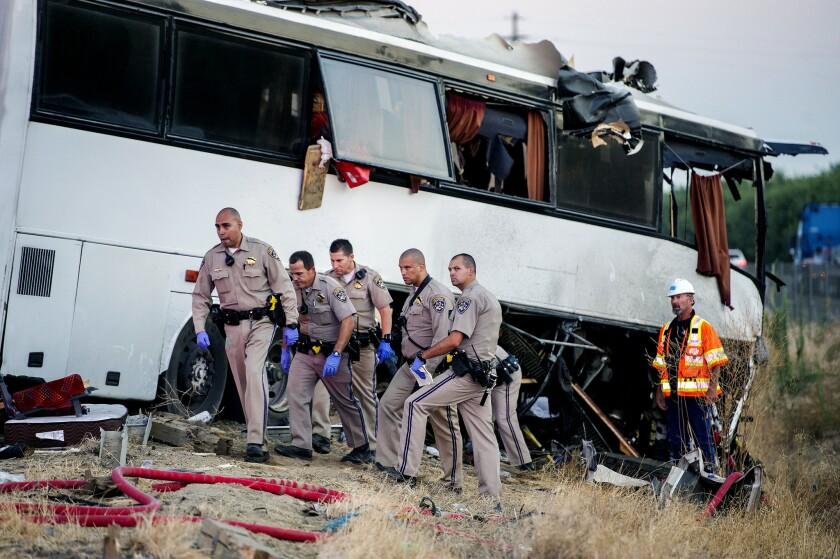 Agentes de la Patrulla de Caminos de California inevstigan el choque de un autobús en la carretera 99, entre Atwater y Livingston, California, el marets 2 de agosto del 2016. Un autobús alquilado se salió de una autopista en el centro de California el martes por la madrugada y chocó contra un poste que casi partió en dos el vehículo, dejando cinco muertos y al menos cinco heridos, algunos de los cuales perdieron sus extremidades, dijeron las autoridades. (Andrew Kuhn/Merced Sun-Star via AP)