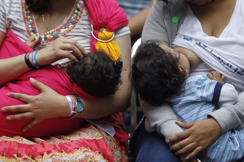 Mujeres amamantan a sus hijos en Ciudad de México. EFE/Archivo