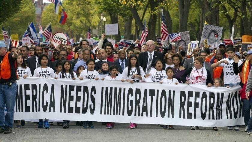 Foto de archivo de un grupo de inmigrantes solicitando la reforma migratoria en la capital de la nación.( Jose Luis Magana / Associated Press)