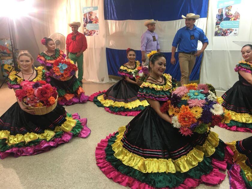 """En la obra musical """"Las Placitas de Nuestros Pueblos"""", los danzantes llevan a escena las danzas folclóricas """"Las Comaleras"""", """"Las Floreras del Boquerón"""" y """"El Son de las Palmas"""". También brillan canciones como """"El Carnaval de San Miguel"""" y """"Adentro Cojutepeque""""."""