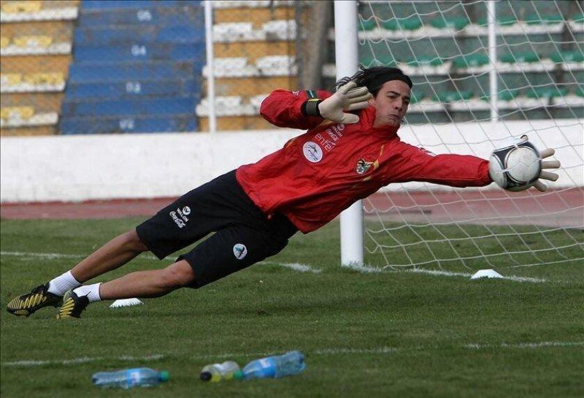 El guardameta Guillermo Viscarra participa en el entrenamiento del equipo en el Estadio Hernando Siles, en La Paz (Bolivia), con miras a su próximo partido contra Venezuela que se jugará el 7 de junio para la clasificación sudamericana al mundial Brasil 2014. EFE