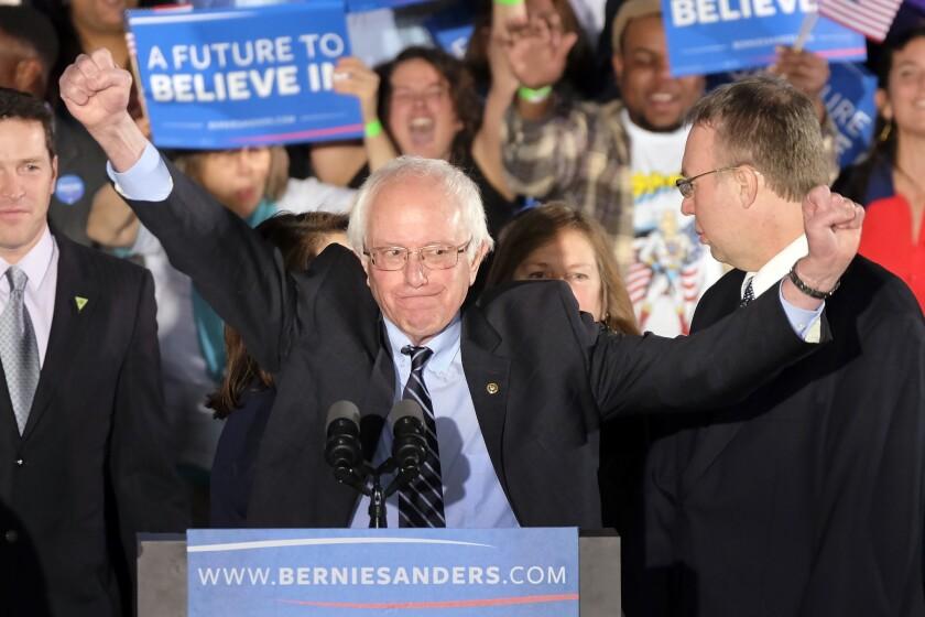 El senador Bernie Sanders, independiente por Vermont y aspirante a la candidatura presidencial demócrata, festeja ante sus partidarios en su mitin tras las primarias en New Hampshire, el martes 9 de febrero de 2016, en Manchester, New Hampshire. (Foto AP/J. David Ake)