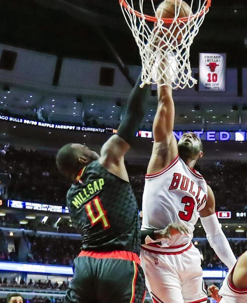 Dwyane Wade (d) de Chicago Bulls disputa un balón con Paul Millsap (i) de Atlanta Hawks hoy, miércoles 25 de enero de 2017, durante un juego de la NBA en United Center en Chicago (EE.UU.). EFE