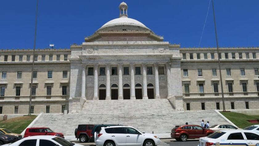 Fotografía en donde se aprecia la fachada de la Cámara de Representantes en San Juan (Puerto Rico). EFE/Archivo