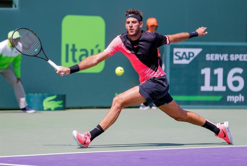 El tenista argentino Juan Martín del Potro devuelve la bola al serbio Filip Krajinovic durante un partido de la cuarta jornada del Abierto de Tenis de Miami en Cayo Vizcaíno en Miami (Estados Unidos) hoy, martes 27 de marzo de 2018. EFE