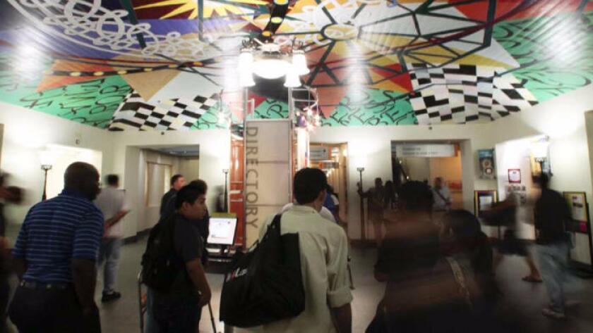 El transitado vestíbulo de la sala Tom Bradley en la Biblioteca Central del centro de Los Ángeles.