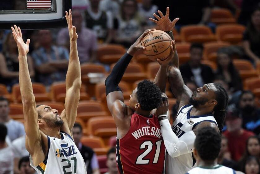 El centro de Miami Heat Hassan Whiteside (c) en acción ante el centro de jazz de Utah Rudy Gobert (i) y el delantero Jae Crowder durante su partido en el AmericanAirlines Arena Miami, Florida. EFE