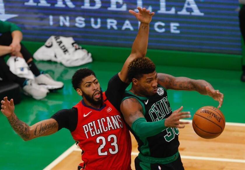 Anthony Davis (i) de New Orleans Pelicans en acción ante Marcus Smart (d) de Boston Celtics durante un partido de baloncesto de la NBA entre Boston Celtics y New Orleans Pelicans que se disputa hoy en el TD Garden de Boston, Massachusetts (EE.UU.). EFE