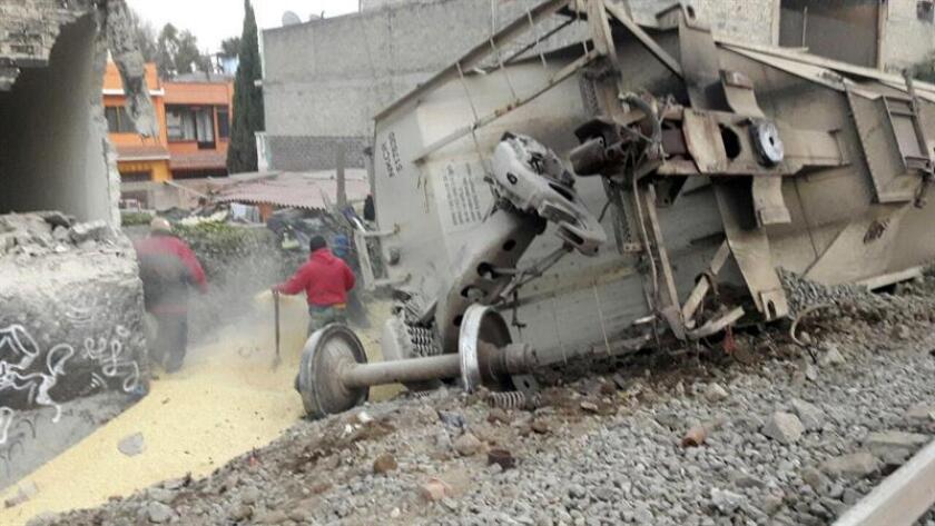 Fotografía cedida por la Protección Civil de Ecatepec, de las operaciones de rescate en el lugar del accidente de tren de carga hoy, jueves 18 de enero de 2018, en Ecatepec (México). Cinco personas murieron cuando un tren de carga descarriló y se precipitó sobre una vivienda colindante con las vías en el municipio de Ecatepec, en el centro de México, informaron fuentes oficiales. El saldo de víctimas es de cinco fallecidos, tres de ellos menores, y un menor de 12 años fue trasladado a un hospital con heridas. EFE/PROTECCIÓN CIVIL ECATEPEC/SOLO USO EDITORIAL/NO VENTAS/MÁXIMA CALIDAD DISPONIBLE