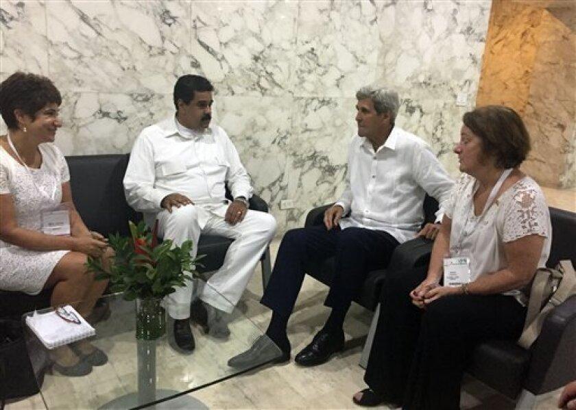 El secretario de Estado estadounidense John Kerry, derecha, se reúne con el presidente venezolano Nicolás Maduro en Cartagena, Colombia, el lunes 26 de septiembre de 2016.