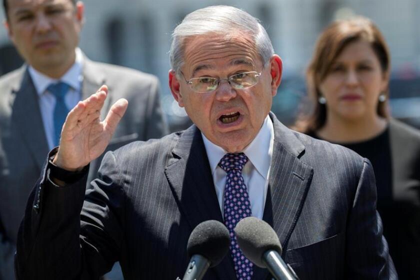 El senador demócrata de Nueva Jersey Bob Menendez (c) habla durante una conferencia de prensa demócrata. EFE/Archivo