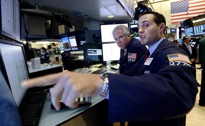 Corredores trabajan durante la sesión en la Bolsa de Nueva York (EEUU). EFE/Archivo