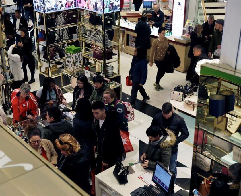 Varios clientes visitan los grandes almacenes Macy's en Nueva York (Estados Unidos). EFE/Archivo