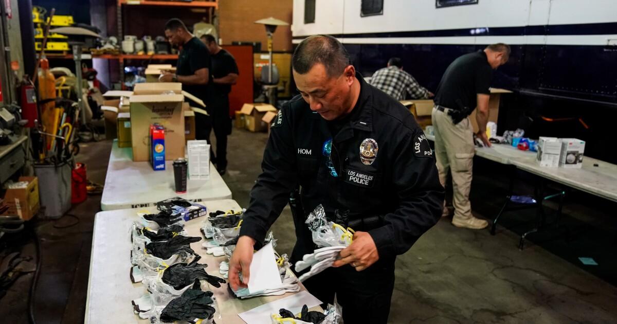 LAPD Offiziere tragen Masken oder Verkleidungen als ein coronavirus-vorsorge