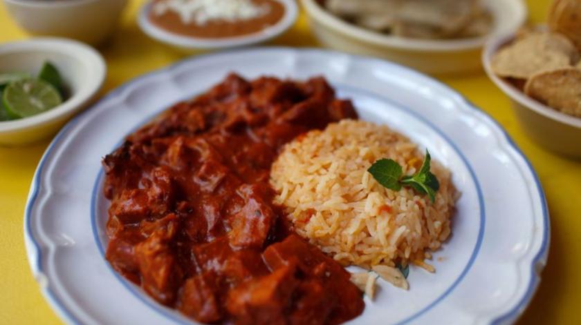 Carne con chile colorado -carne de res guisada en salsa de chile rojo- se sirve con arroz, frijoles y tortillas en Viva Sonora. El restaurante, en el pueblo de San Pedro, se especializa en platos tradicionales de Sonora (Dania Maxwell / Los Angeles Times).