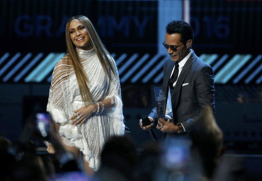 Jennifer Lopez y Marc Anthony inmediatamente después del célebre beso en la boca que se dieron en el escenario del Latin Grammy 2016.