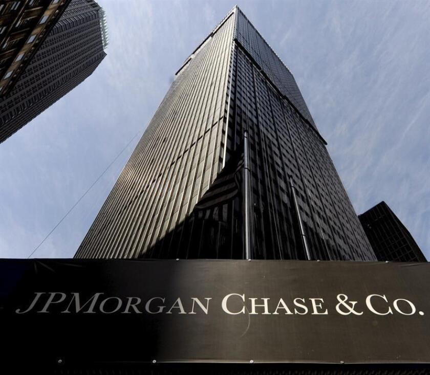 Fotografía de archivo, de un cartel del banco estadounidense JPMorgan Chase en un edificio de Nueva York, Estados Unidos. EFE/Archivo