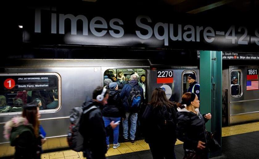 Un año después de que se decretara en estado de emergencia en el sistema de transporte público de Nueva York, la red de metro más importante del mundo continúa con averías, retrasos, plataformas saturadas y altas temperaturas, un tema de disputa en la campaña de las primarias demócratas para gobernador. EFE/Archivo