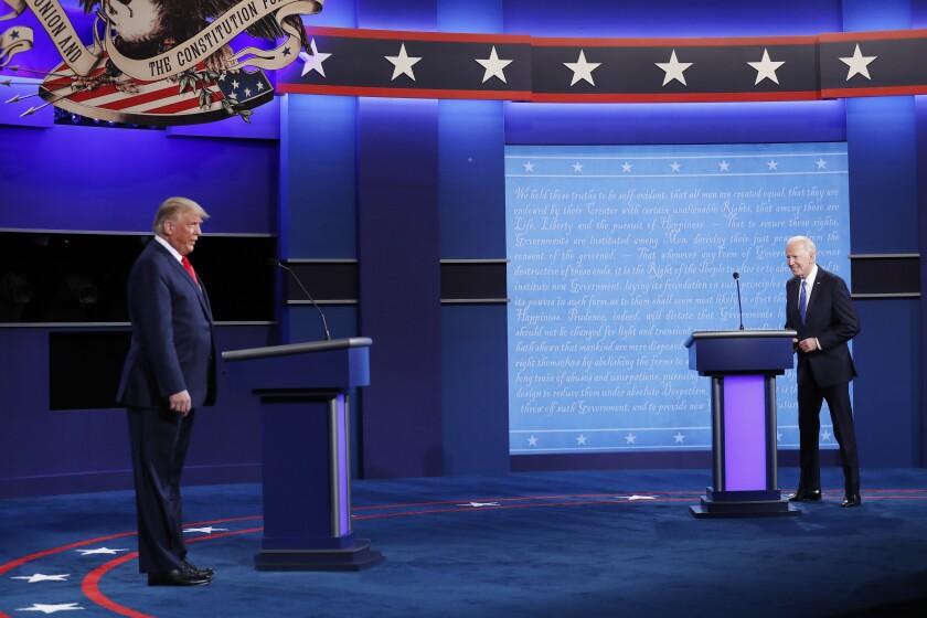 El Presidente de los Estados Unidos Donald J. Trump (L) y el candidato demócrata Joe Biden suben al escenario