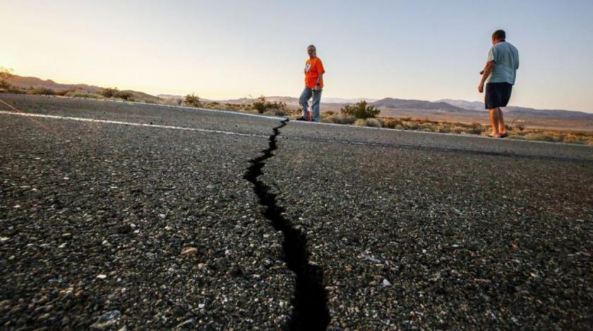 Geólogos, turistas, estudiantes y otros viajaron desde lugares cercanos y no tanto para visitar las grietas en la Autopista 178, causadas por los terremotos del jueves (de magnitud 6.4) y del viernes (de 7.1). (Irfan Khan / Los Angeles Times)
