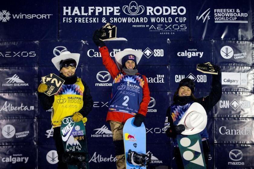 La española Queralt Castellet, ha ganado la prueba de la Copa del Mundo de 'halfpipe' de snowboard de Calgary, en Canadá, donde logró la cuarta victoria de su carrera. En la imagen en el podio con la China, Xuetong Cai (izda), segunda en la carrera, y la japonesa Sena Tomita (dcha), tercera. EFE