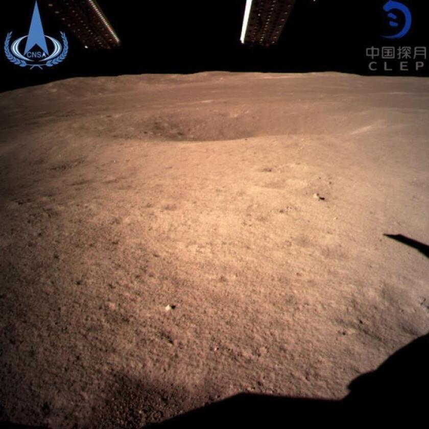 Primera instantánea de la cara oculta de la luna captada por la sonda Chang'e 4, que ha supuesto un nuevo hito para China dentro de su programa espacial al convertirse en el primer país que logra alunizar en el lado oscuro de la superficie lunar, hoy, 3 de enero. EFE/ Foto cedida por la Administración Espacial Nacional China