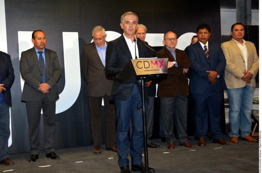 Durante la inauguración del Museo del Metro en la estación Mixcoac de la Línea 12, Miguel Ángel Mancera (centro) expuso que ya hay acercamientos con metrópolis estadounideses.
