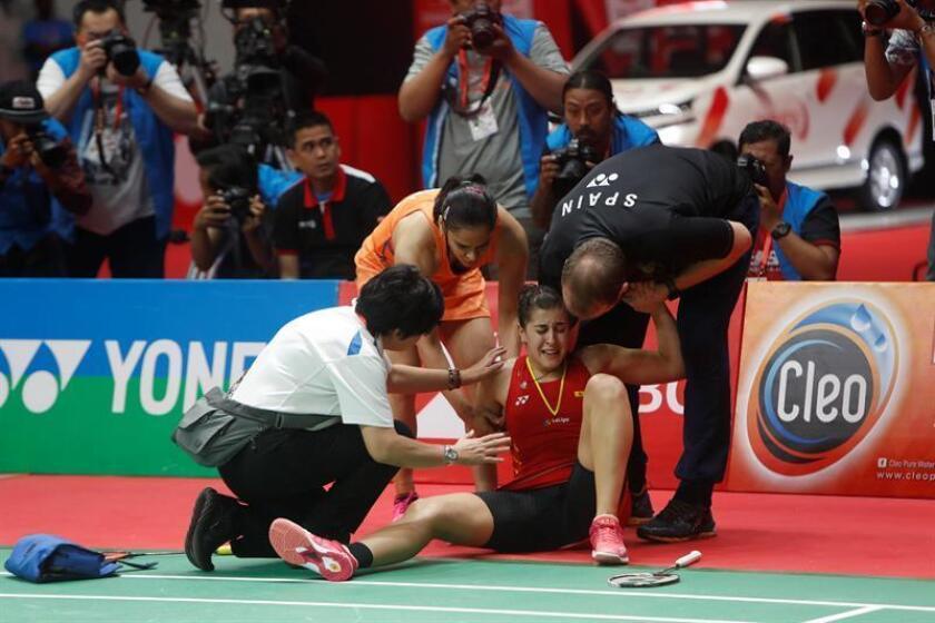 La española Carolina Marín se retiró de la final del Masters de Indonesia de badminton, cuando vencía por 10-4 ante la india Saina Nehwal, por una lesión en la rodilla derecha. EFE