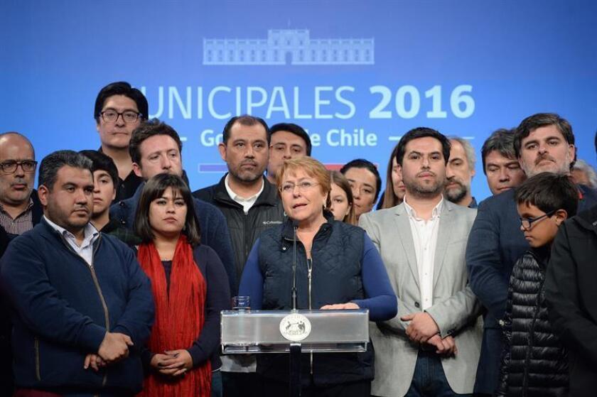 """La presidenta de Chile, Michelle Bachelet, hizo hoy una profunda autocrítica tras los resultados adversos obtenidos por el oficialismo en las elecciones municipales celebradas este domingo en Chile, y advirtió de que la fortaleza de la democracia en este país """"está afectada""""."""