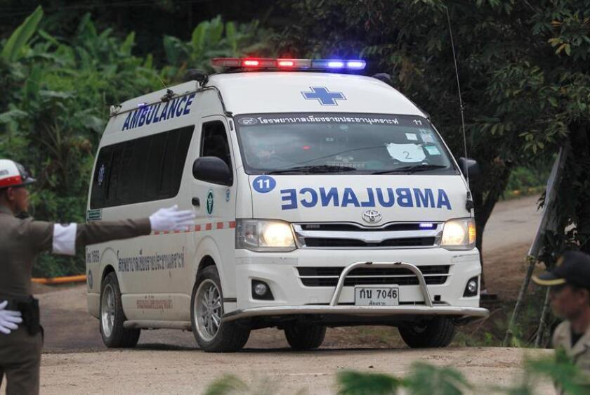 El último de los niños atrapados en la cueva Tham Luang es trasladado en ambulancia tras su rescate, en el norte de Tailandia, hoy, 10 de julio de 2018. Los equipos de rescate completaron hoy la evacuación por fases de los doce niños y su tutor, que quedaron atrapados a unos cuatro kilómetros de profundidad en la cueva el pasado 23 de junio. EFE