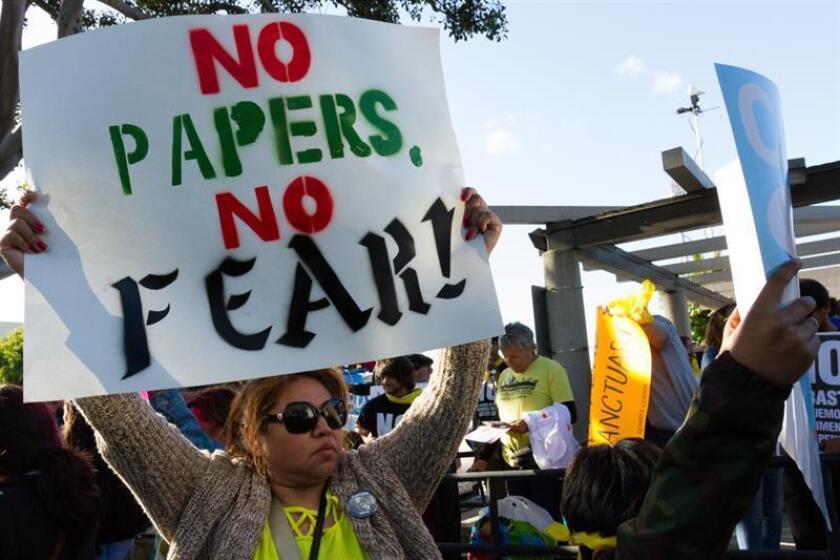 Manifestantes en pro y en contra de la inmigración protestan afuera del ayuntamiento de la ciudad de Los Alamitos, California (EE.UU.). EFE/Archivo