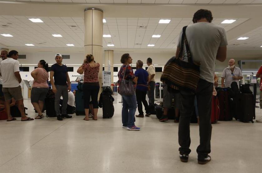 Pasajeros intentan obtener un vuelo en el Aeropuerto Internacional Luis Muñoz Marín en Carolina (P. Rico). EFE/ARCHIVO