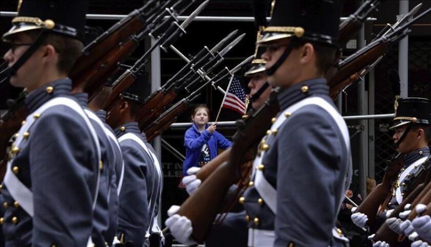 Academia militar EEUU prohíbe pelea de almohadas que este año dejó 30 heridos Una niña ondea una bandera nacional durante el desfile los cadetes de la Academia Militar de West Point en Nueva York, Estados Unidos. EFE/ARCHIVO