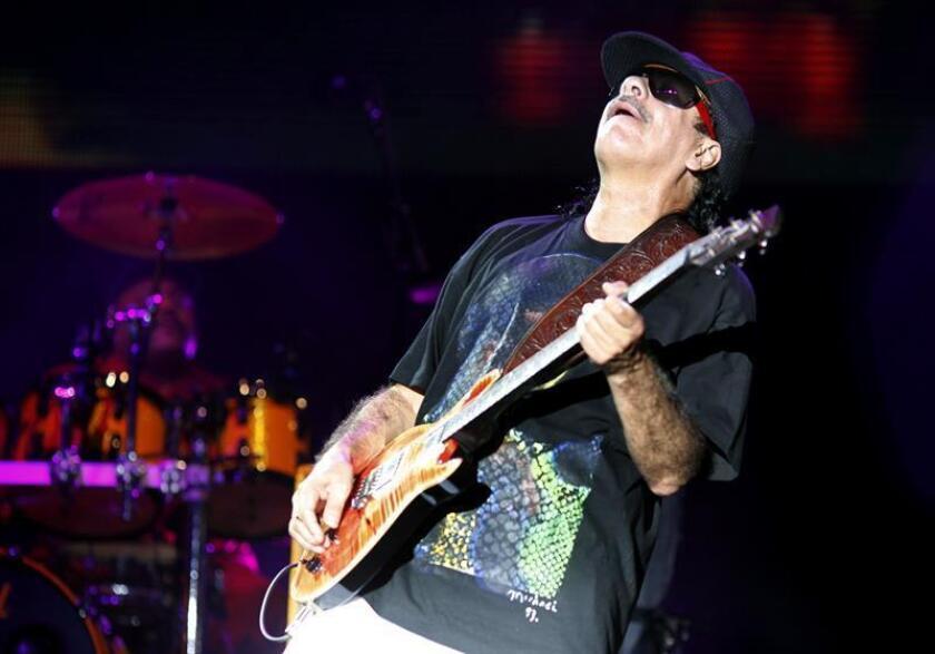 El músico mexicano Carlos Santana durante una presentación. EFE/Archivo