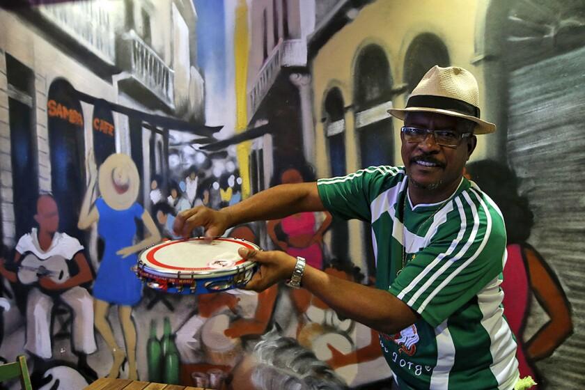 Un brasileño demuestra en un bar de Río de Janeiro que la samba todavía es joven y tiene mucho futuro por delante.