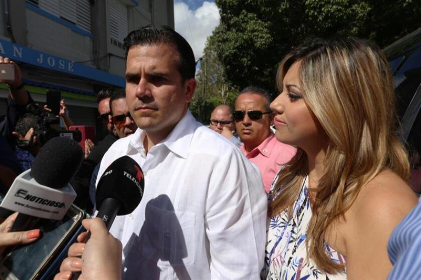 El gobernador puertorriqueño, Ricardo Rosselló (c), y su esposa, Beatriz (d). EFE/Archivo