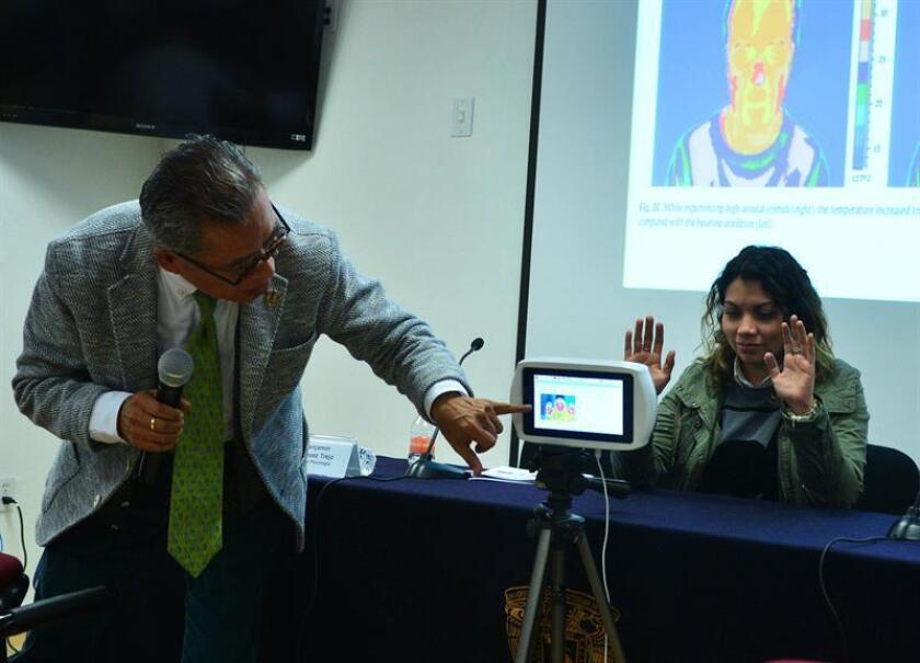 Fotografía cedida por la Universidad Nacional Autónoma de México (UNAM) hoy, viernes 26 de enero de 2018, que muestra a un experto realizando una termografía, en una clínica en Ciudad de México (México). EFE/UNAM/SOLO USO EDITORIAL