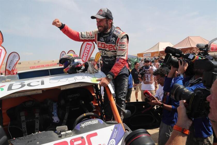 El chileno Francisco 'Chaleco' López celebra tras ganar el primer lugar en SxS del Rally Dakar 2019, este jueves en Pisco (Perú). EFE