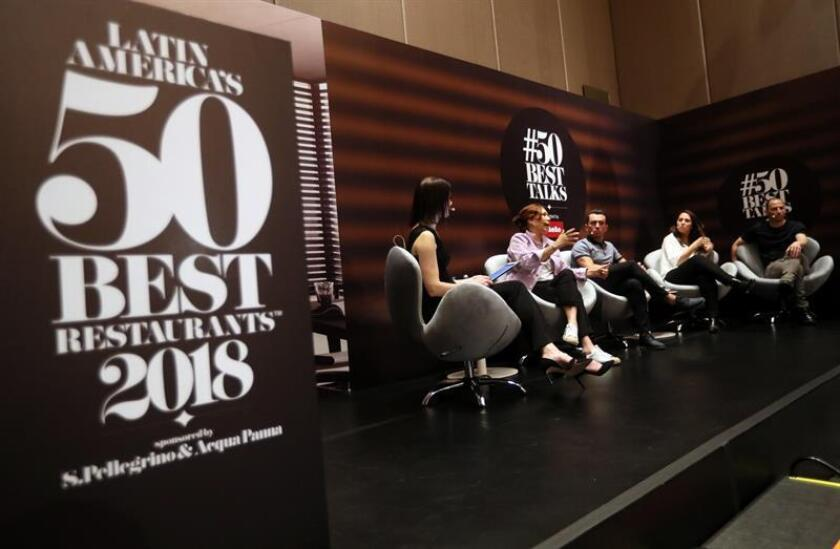 La chef colombiana Leonor Espinosa (2i); el mexicano Édgar Núñez (3i); y los argentinos Narda Lepes y Pablo Rivero, participan en un panel parte del Latin America's 50 Best Restaurants hoy, lunes 29 de octubre de 2018, en Bogotá (Colombia). EFE