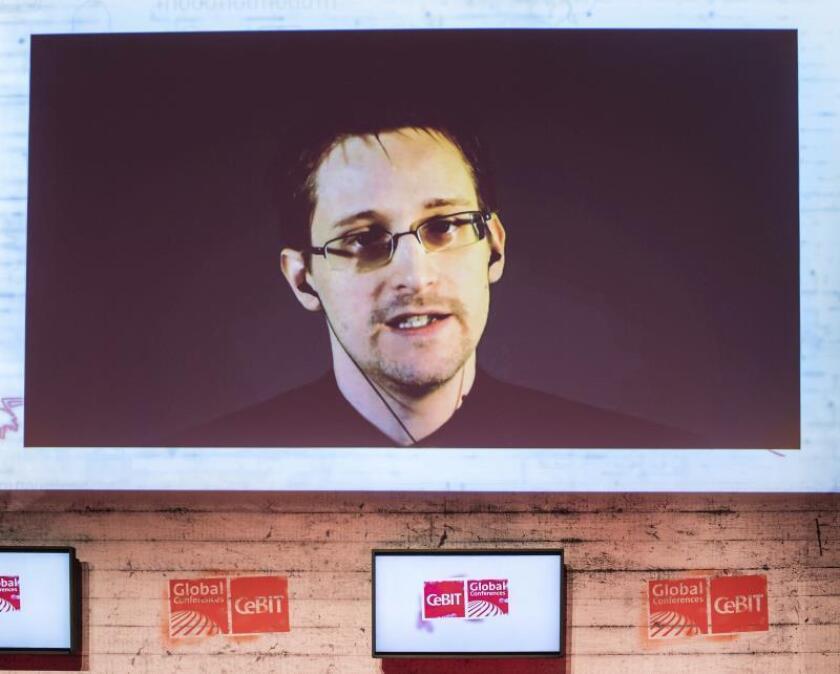 Fotografía de archivo del exanalista de la CIA Edward Snowden durante una videoconferencia. EFE/Archivo