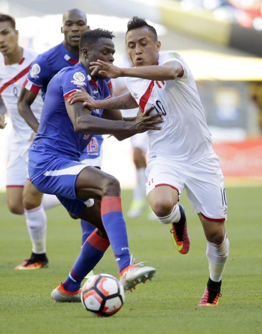 Haiti defender Romain Genevois, left, tries to fend off Peru midfielder Christian Cueva, right, in the first half of a Copa America Centenario soccer match, Saturday, June 4, 2016, in Seattle. (AP Photo/Ted S. Warren)