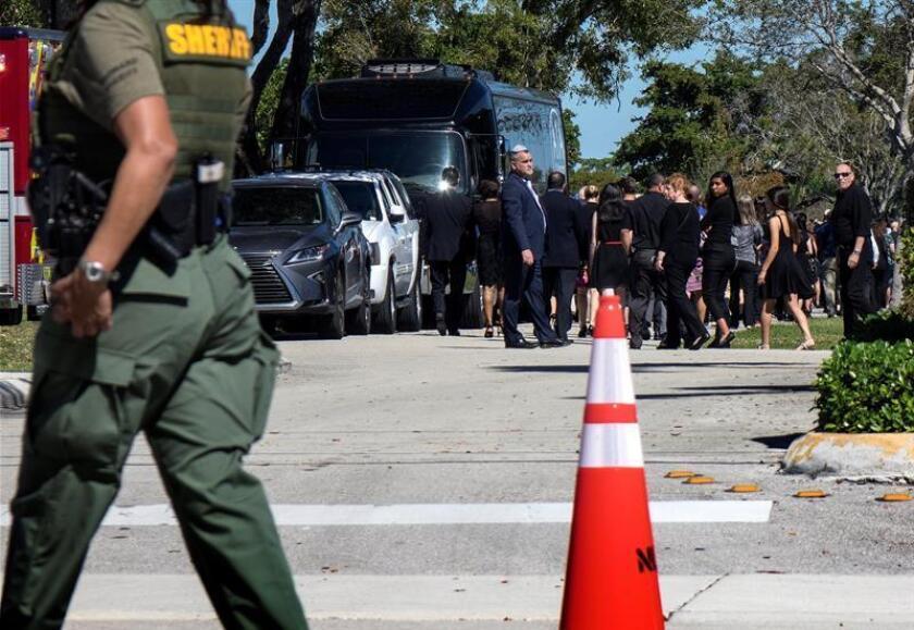 Varias personas abandonan el cementerio Estrella de David en Fort Lauderdale, tras asistir al funeral de las víctimas del tiroteo en un instituto, en Florida, Estados Unidos. EFE/ Archivo