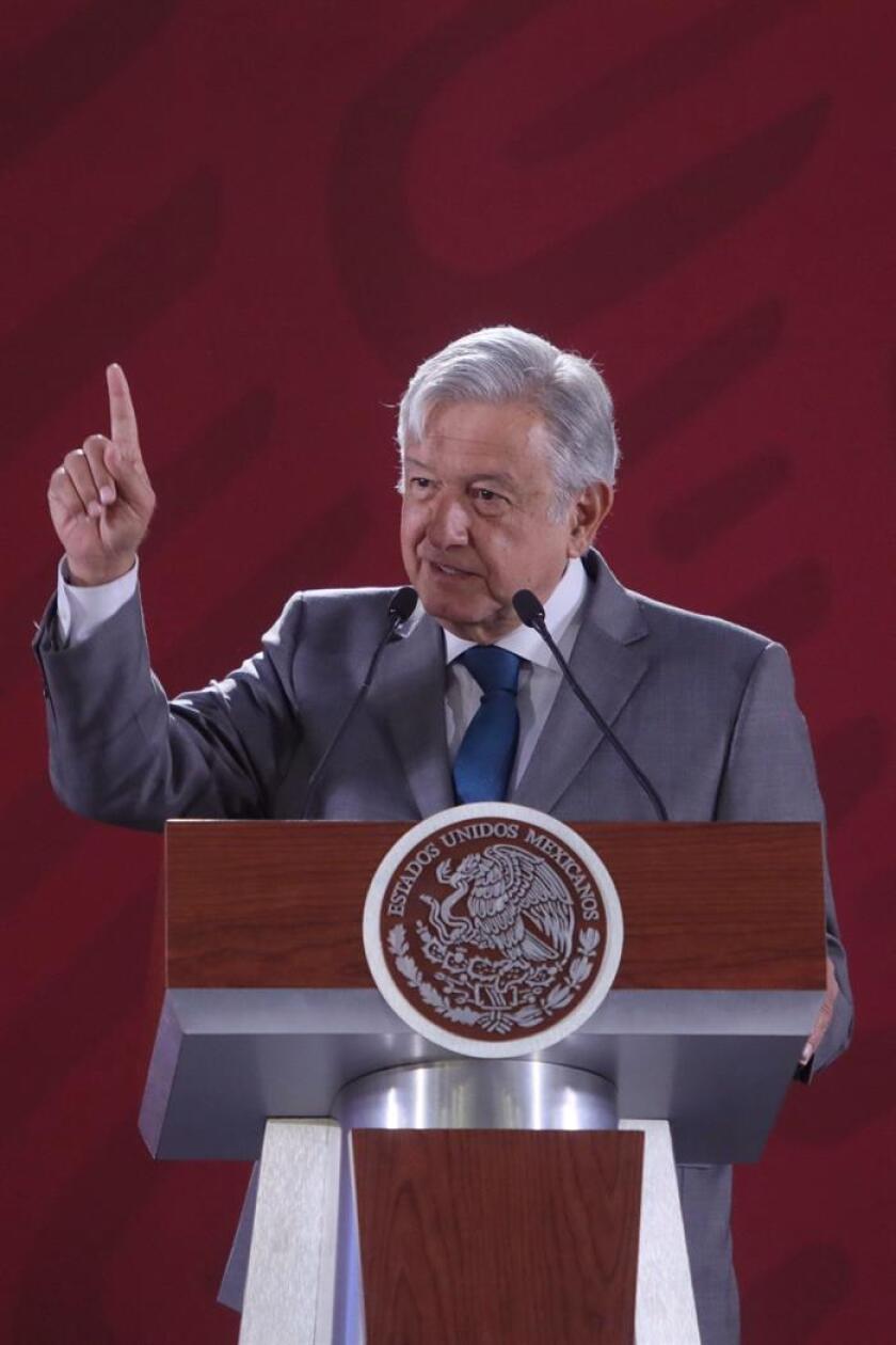 El presidente de México, Andrés Manuel López Obrador, habla durante su rueda de prensa matutina este lunes en el Palacio Nacional, en Ciudad de México (México). EFE