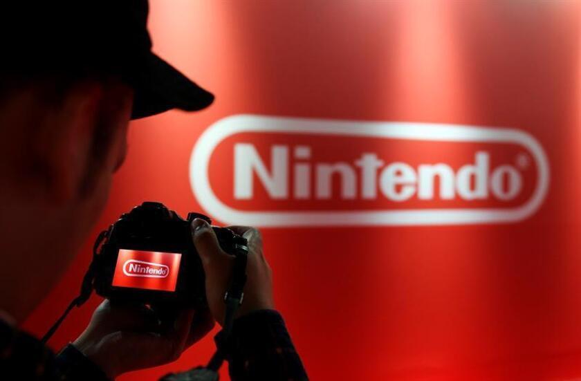 Miembro de la prensa toma una fotografía a un logo del Nintendo antes del inicio de la presentación oficial del Nintendo Switch 2017, el viernes 13 de enero de 2017, en Tokio (Japón). EFE/Archivo