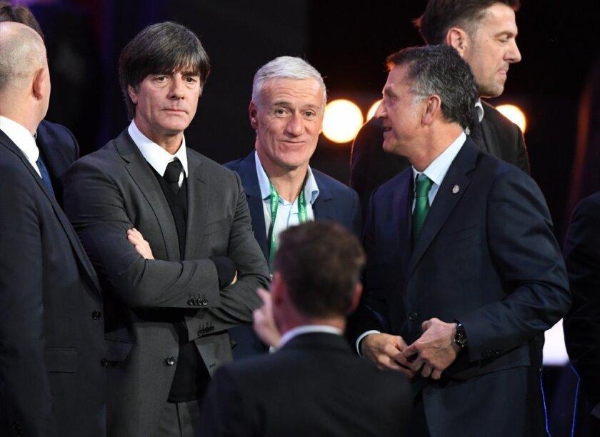 Juan Carlos Osorio (d) junto a al técnico de Alemania (i), Joachim Löw, tras el sorteo de Rusia 2018.